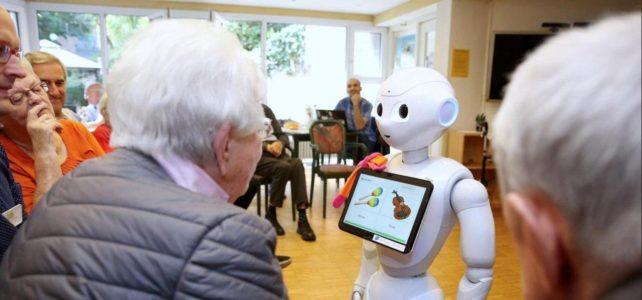 Roboterdame Paula hilft alten Menschen, Einsamkeit zu vergessen